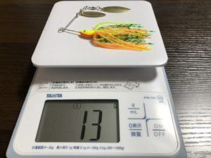 スピナーベイトの重量を測っている画像です。